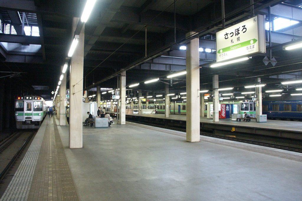 札幌駅の在来線1・2番線ホーム。このホームを北海道新幹線のホームに転用する計画だったが、現在は現在の札幌駅の東側に新幹線ホームを整備する計画に変わっている【撮影:2003年5月17日、運営部(T)】