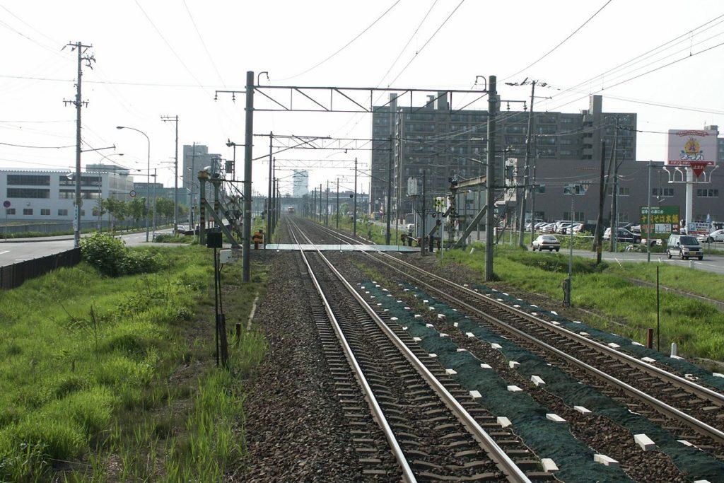 函館本線・発寒駅のホームから札幌方向を望む。発寒駅付近から札幌駅まで函館本線に並行して北海道新幹線の高架橋を整備する計画だったが、2017年に札幌駅の少し手前まで地下トンネルを整備する計画に変わった。【撮影:2003年5月18日、運営部(T)】